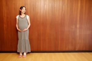 遠くを眺める妊婦